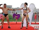 Các quý bà U60 trình diễn bikini trên phố