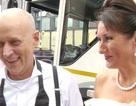 Lạ lùng cô dâu chọn... xe rác làm xe cưới