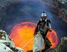 Rùng mình cảnh chụp hình trên miệng núi lửa đang phun trào dung nham