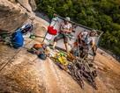 Phượt thủ bất chấp nguy hiểm, ngủ đêm ở vách núi cao chênh vênh gần 1000m