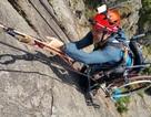 Cảm phục chàng trai chinh phục vách núi dựng đứng bằng xe lăn