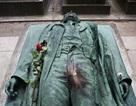 """Bộ phận """"nhạy cảm"""" của bức tượng bị sờ đến nhẵn thín"""