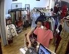 Nữ đạo chích lấy áo che mặt để trộm iPhone