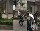 Khiếp vía cảnh nam thanh niên đi xe máy một bánh trên phố