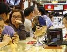 Giá vàng giảm mạnh, người dân xếp hàng chờ bán