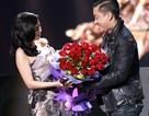 Tuấn Hưng phi mô tô lên sân khấu tặng hoa cho  Lệ Quyên