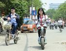 """Hà Nội: Học sinh đầu trần đi xe đạp điện vô tư """"lượn"""" phố"""