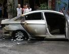 Hà Nội: Ô tô bốc cháy ngùn ngụt, thiêu rụi xe máy bên đường