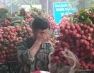 Bắc Giang: Hàng nghìn người dân đứng dưới mưa chờ cân vải