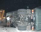 Xe tải lật nhào, gần 10 tấn thép đổ ra đường