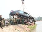 Ô tô mất lái lao xuống hồ, cả tài xế và sếp ngồi trong xe tử nạn