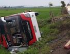Xe khách lật xuống ruộng, 1 trẻ nhỏ tử vong, 10 người bị thương