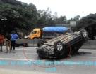 Xế hộp phơi bụng trên quốc lộ 1A, lái xe thoát chết