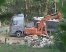 Xới tung suối ở khu tái định cư để khai thác đá trắng