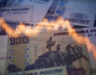 """S&P cắt điểm tín nhiệm Nga về mức """"rác"""", Rúp lao dốc mạnh"""