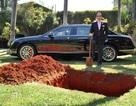 """Tỷ phú chơi ngông """"chôn xe"""" nửa triệu USD để dùng cho kiếp sau"""