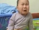 Hài hước con trai khóc òa khi nghe bố hát