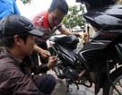Thợ sửa xe máy hốt bạc ngày Hà Nội phố cũng như sông