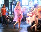 """Du khách đội mưa đi chơi phố cổ Hà Nội trong đêm đầu tiên nới """"giờ giới nghiêm"""""""