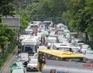 Mặt đường không đủ chỗ xếp xe, lấy đường nào cho xe chạy?