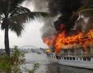 Trục vớt con tàu cháy rụi trên vịnh Hạ Long