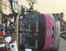 Xe buýt lật ngang đường, tài xế và hành khách bị thương