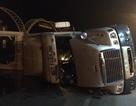Xe container lật nghiêng trước cổng Khu du lịch Tuần Châu
