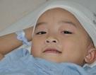 Ám ảnh trước đôi mắt đáng thương của bé 5 tuổi nguy kịch vì u não