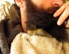 Lạ kỳ nuôi vịt con trong râu quai nón