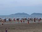 Gần hết lễ, du khách vẫn đổ xô đi biển