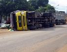 Xe tải bỗng dưng đổ kềnh, tài xế nhập viện