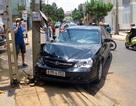 Ô tô không người lái tông vào cột điện