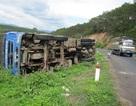 Xe chở hàng chục tấn gạo suýt rơi xuống vực