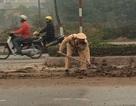 Hà Nội: CSGT mượn xẻng dọn đất trên đường