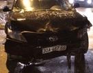 """Hà Nội: Xe Camry húc taxi """"bay"""" vào nhà dân"""