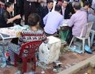 Hà Nội: Đi phủ Tây Hồ chỉ để... bóc vé số cầu may