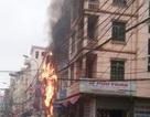 Hà Nội: Cột điện sát nhà dân bốc cháy dữ dội