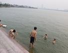 """Hà Nội: """"Bãi tắm"""" Hồ Tây lại sôi động trong ngày nắng đầu mùa"""