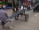 """Giật mình với """"siêu xe"""" chở sắt trên đường phố Hà Nội"""
