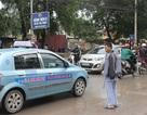 Vừa truyền nước vừa liều mình sang đường trước cổng Bệnh viện K