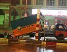 Hà Nội: Xe tải rơi thùng, người đi xe máy nhập viện