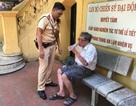 CSGT Hà Nội đưa cụ ông bị ngã xe máy về nhà an toàn