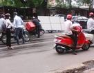 """Hà Nội: Xe cứu hộ """"phun"""" dầu xuống đường, hàng chục xe máy """"vồ ếch"""""""