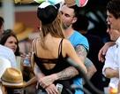 Adam Levine quỳ gối cầu hôn siêu mẫu