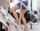 Vợ cũ của Brad Pitt khoe chân sexy