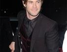 """Tài tử phim """"Thor"""" mặc áo còn nguyên mác giá"""