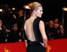 Bạn gái Leonardo DiCaprio khoe lưng trần, chân dài