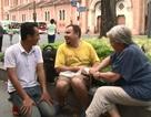 Chàng trai Ba Lan bán kẹo kéo trên đường phố Sài Gòn