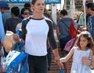 Katie Holmes mặt mộc đưa con gái đi mua sắm