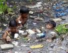 Cuộc sống những em bé mưu sinh trên dòng sông ngập rác